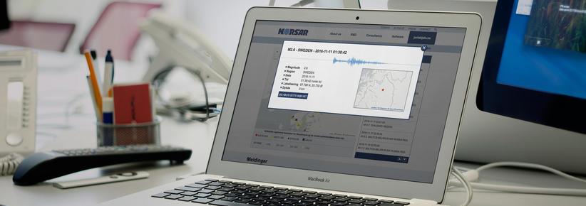laptop med skjermbilde fra jordskjelv.no