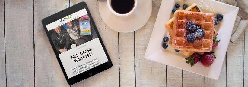 Ipad med skjermbilde fra digitalt magasin på frokostbord