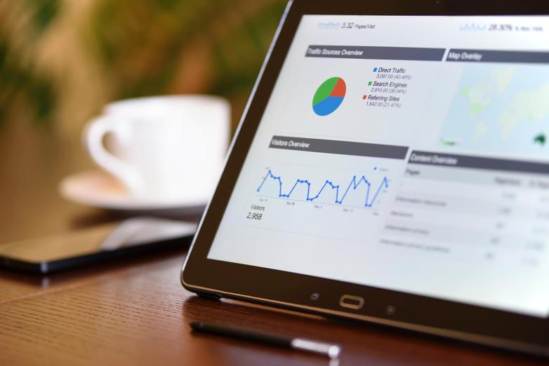 Nettbrett med fullskjermvisning av data og statistikk i Google Analytics.
