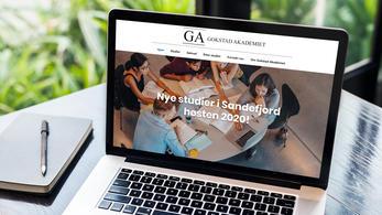 Gokstad Akademiet nettside vises på en datamaskin