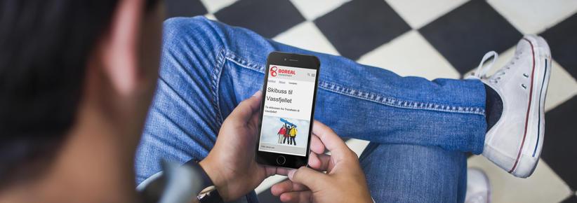 Ungdom som ser på mobil